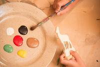 Atelier de peinture sur les jouets en bois du Queyras