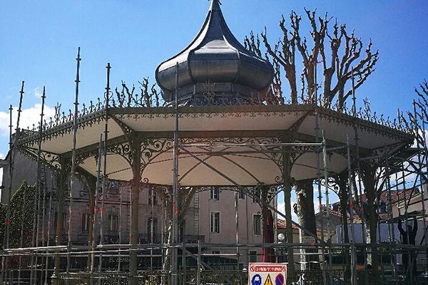 Romans, la toiture du kiosque à musique en cours de réfection